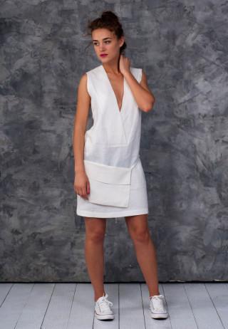 Платье с глубоким вырезом молочного цвета